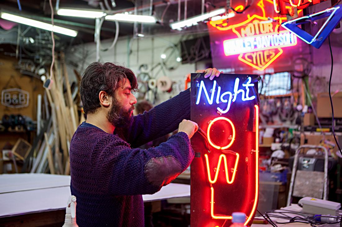 """Azhar Duhovich byter ut gamla transformatorer mot nya. Han studerade konstvetenskap och arbetade som målare och skulptör i många år innan han blev anställd av familjen Bracey. """"Jag har alltid varit intresserad av ljus"""", säger han. Foto: Linn Bergbrant"""