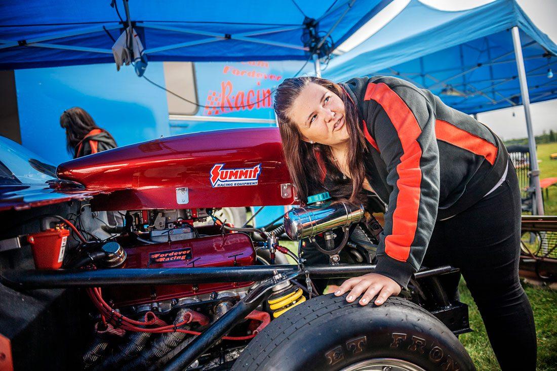"""Angelica har en förmåga att koppla bort strul med bilen, precis som när hon sitter bakom ratten inför en start. """"Jag rensar tankarna. Är helt tom. Om någon frågar vad ett plus ett är kan jag inte svara."""" Foto: David Lundmark"""