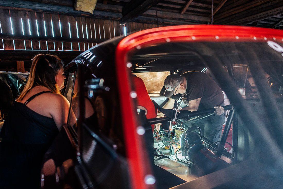 """Inför årets säsongstart var det stressigt i garaget utanför Mora. Beställda delar från USA var försenade. Ett fel i bakaxeln på Angelicas Ford upptäcktes också. """"Jag är van, det är alltid något som jävlas"""", säger Lollo. Foto: David Lundmark"""