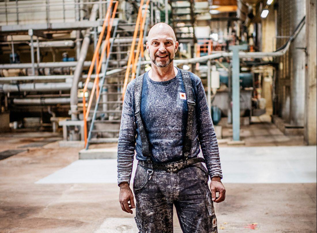 """Jan Rosenqvist, som just rensat en magnesiumtank, tror att gamification kan vara till hjälp. """"Tja, till viss del i alla fall. Även om man är 54 år och har det mesta i bakhuvudet, så kan man tycka att det är intressant med lite nyheter!"""" säger han och skrattar. Foto: David Lundmark"""