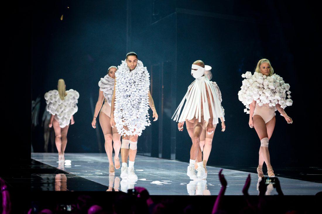 Under öppningsnumret till Eurovisionfinalen i Globen 2016 kunde hela Europa se Bea Szenfelds papperskostymer. Foto: TT Nyhetsbyrån