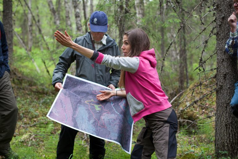 Ola Kårén, skogsvårdschef på SCA, och Lina Burnelius, skogsansvarig på Greenpeace, i Harrsjöskogen. Foto: Marie Edholm