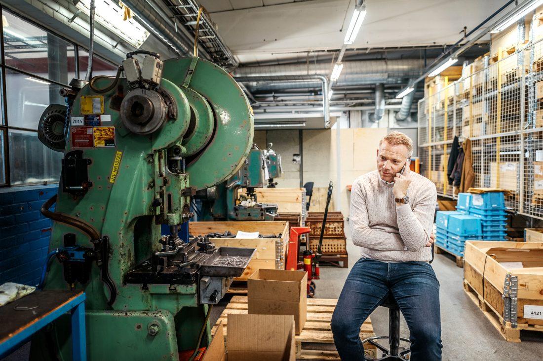 """Företagare i tredje generationen. Anton Svensson, vd för Ewes stålfjäder, tror på produktion i Sverige. Det är andra tongångar nu bland storföretagens inköpare, säger han. """"Lokal produktion blir allt viktigare"""". Foto: David Lundmark"""