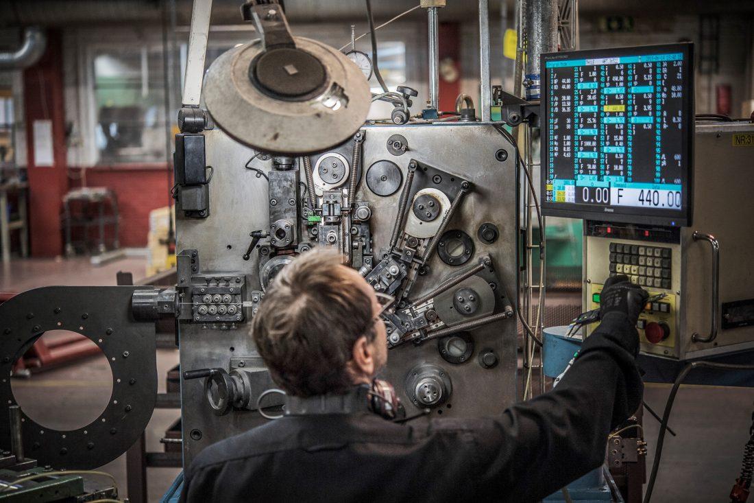 Ett av kraven för att flytta hem produktion: mångkunnig personal som kan sköta avancerade maskiner. Foto: David Lundmark