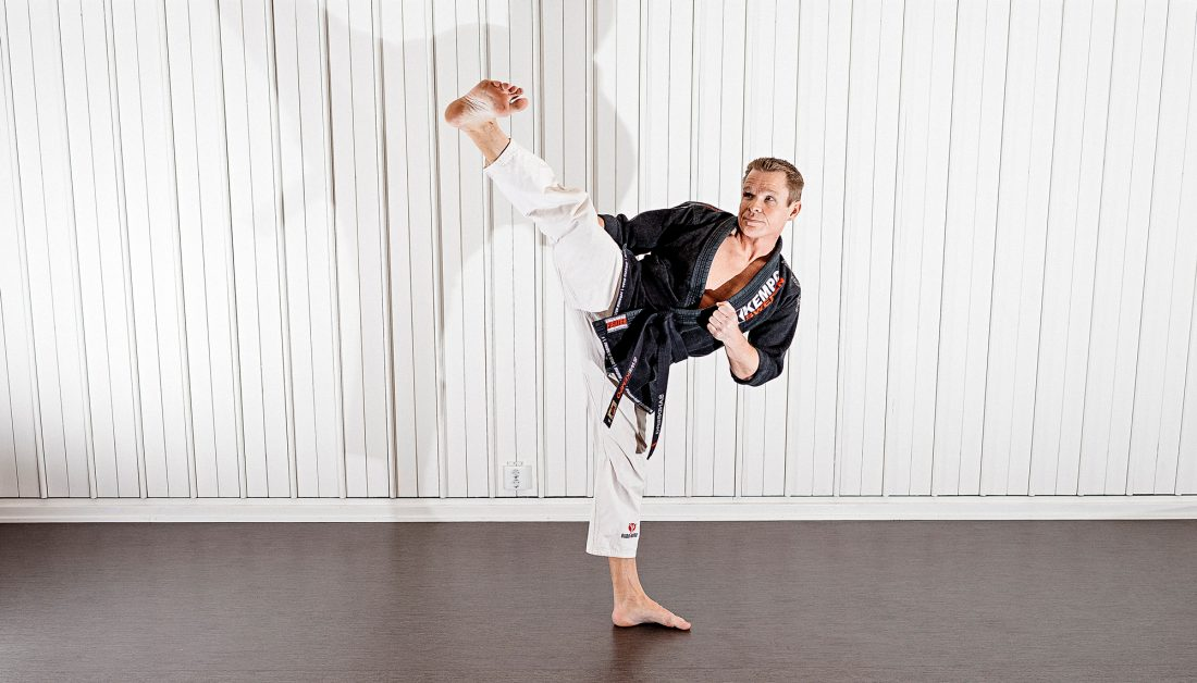 Johan Sandberg tränar kampsporten kempo. För ett och ett halvt år sedan tog han svart bälte. Foto: David Lundmark