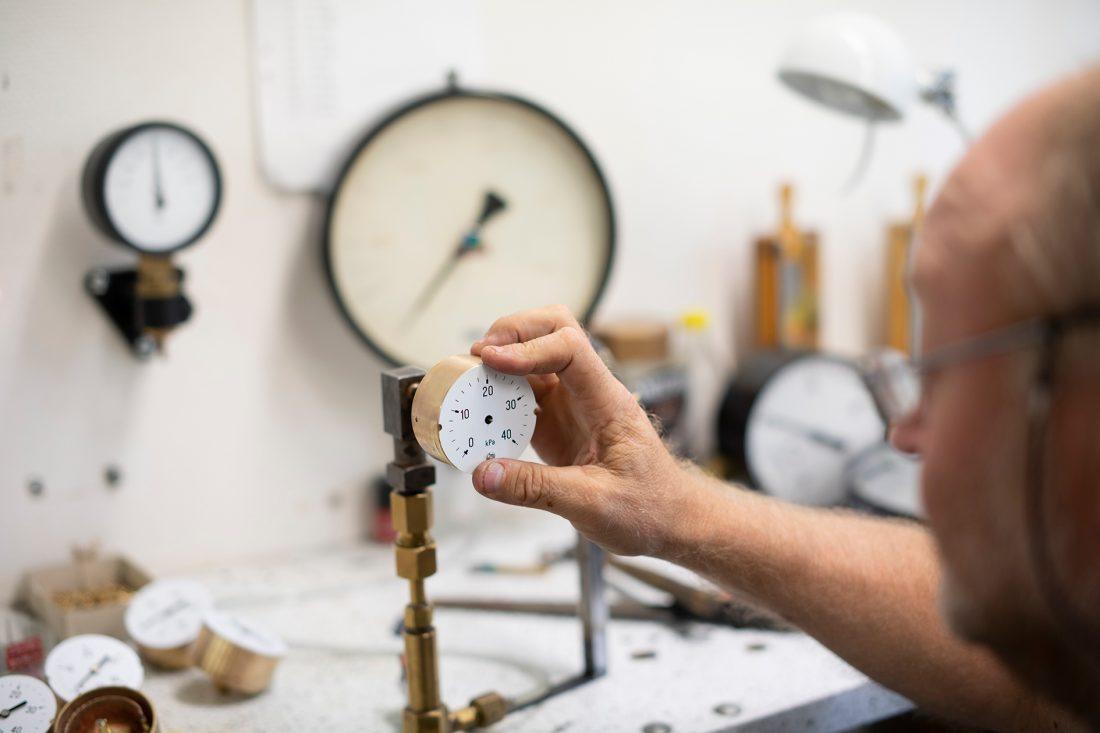De flesta manometrarna säljs till industrin. Man kan hitta manometrar på till exempel pumpar till däck, kompressorer och dykarutrustning. Foto: David Lundmark