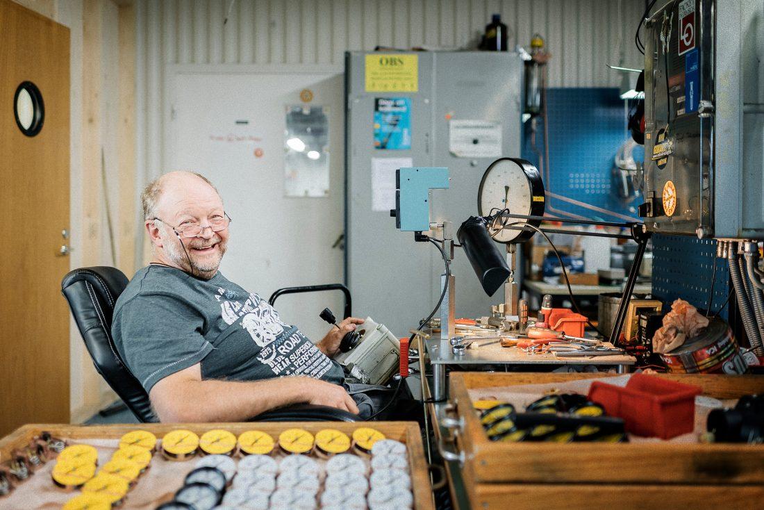 """Lars-Erik Dahlström justerar mätare. Han har svårt att se nackdelar med kortare arbetsdag. """"Fritiden är värd mer än pengarna."""" Foto: David Lundmark"""