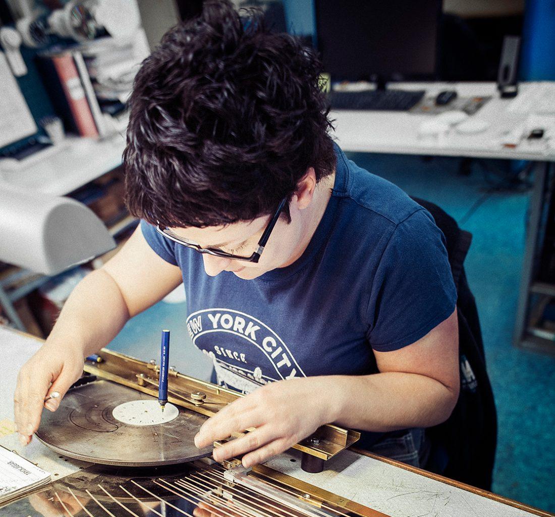Evelina Sylvander ritar skalor till manometrarna för hand. Arbetet kräver precision, siffror och streck ska hamna rätt. Foto: David Lundmark