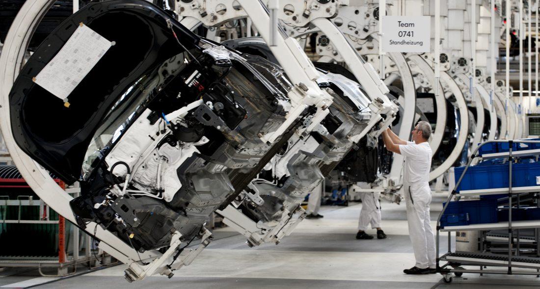 TEKNIKSNURR VÄNTAR. Fordonsindustrin står inför en ny revolution där ledorden är elektrifiering, självkörning och uppkoppling. Bilden från Volkswagen i Wolfsburg. Foto: Lars Pehrson / TT NYHETSBYRÅN