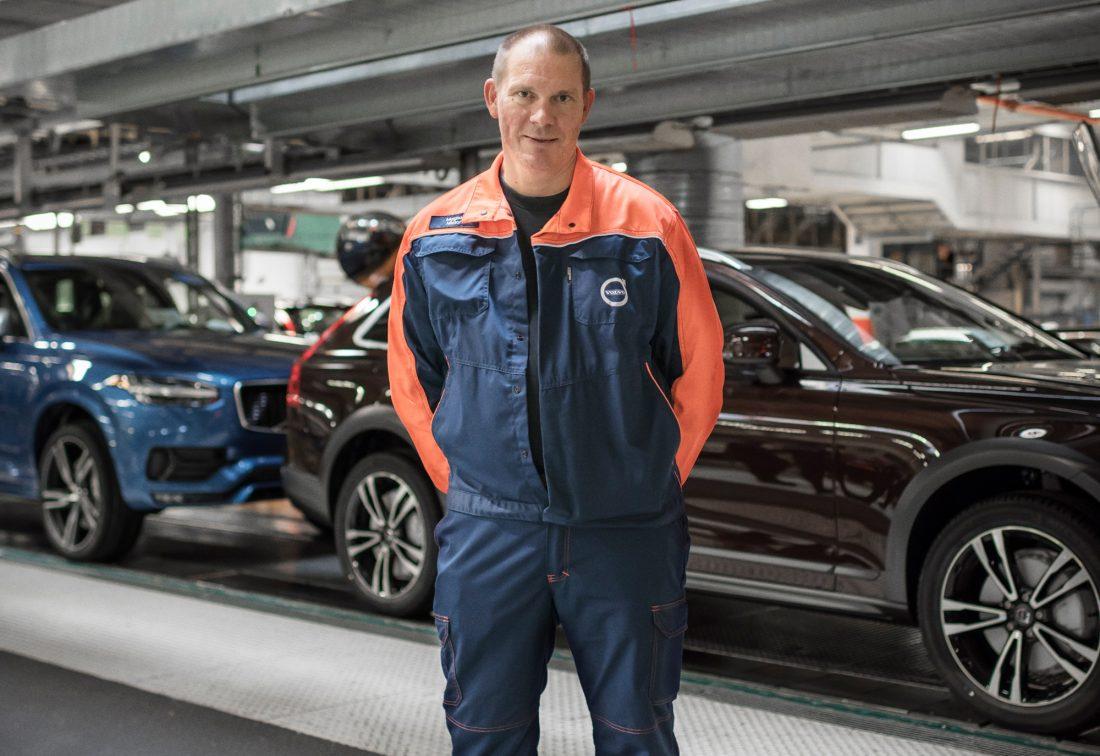 """Magnus Nilsson är platschef på Volvo Cars i Göteborg. Han började arbeta på golvet på Volvo i slutet på 1980-talet. """"Det kommer under många år framåt att behövas mänskliga händer för att bygga bilar. Det finns många moment som robotar inte klarar av"""", säger han. Foto: ADAM DAVER"""