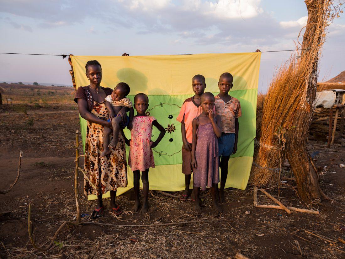 """""""Min man arbetade som motorcykelförare i Juba när kriget tvingade oss att lämna Sydsudan. Han vet inte ens att vi alla lever och är säkra i Uganda. Jag har inte hört något från honom, men jag känner på mig att han fortfarande lever"""", säger Rose Ozima, 30 år, som bor här med sina fyra barn och tar hand om ytterligare två föräldralösa. Foto: Nora Lorek"""