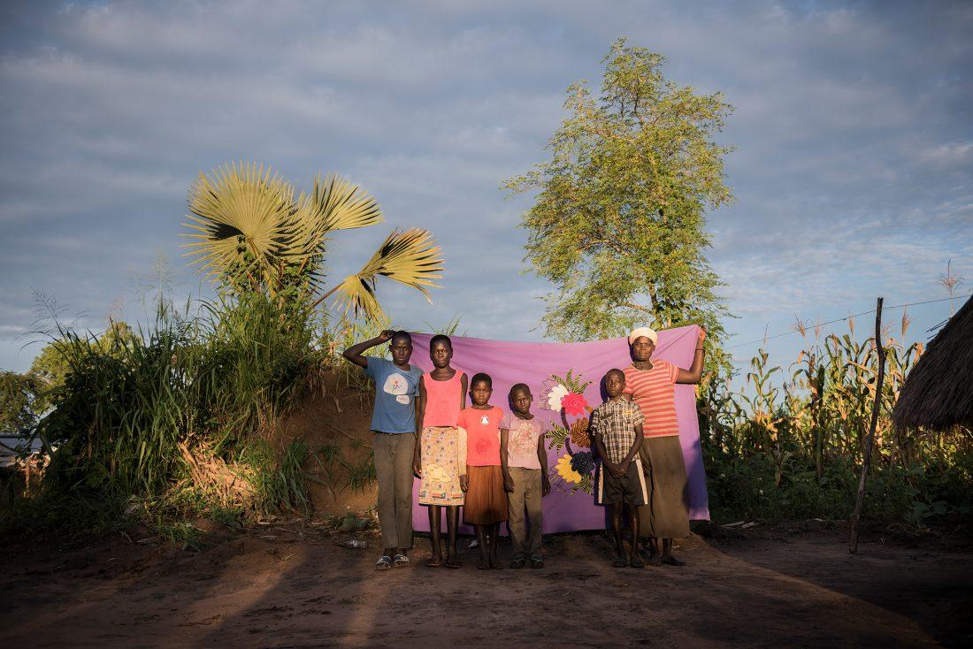 """""""Efter en attack i Lainya kom en grupp soldater och frågade efter min man. De slaktade honom som ett djur. Någon hade sagt att han planerade att bli en rebell. Men det var inte sant"""", berättar Joyce Sadia, 44 år, från Lainya i Sydsudan. Här är hon med sina barn Khemis, Flora och Lona och brorsbarnen James och Thomas. Foto: Nora Lorek"""
