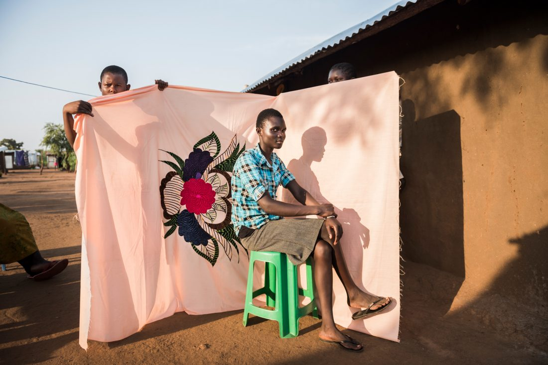– Livet är svårt. Mina vänner är fortfarande i Sydsudan och jag har inte ens en telefon. Jag saknar dem verkligen. Irene Sonia är 17 år och vill bli revisor, men i flyktinglägret Bidibidi har de inte rätt ämnen i skolan. Tillsammans med sin tvillingsyster Charity är hon det äldsta barnet i sin familj och hjälper mamman Esther i hemmet. I över nio timmar stod hon i kön för den månatliga matransonen; 12 kg mat per person och månad. Foto: Nora Lorek