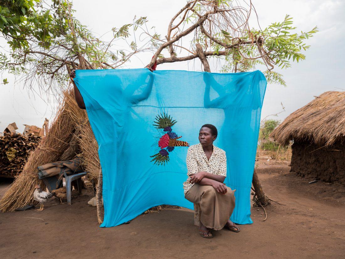 """""""I Sydsudan sålde jag kläder. Här är det enda arbete jag kan göra att gräva och samla stenar för att bryta dem till ännu mindre stenar som används för att bygga hus. Pengarna jag tjänar hjälper mig att köpa tvål till min mamma som också är här med mina brorsbarn. Tillsammans tar vi hand om tio barn, berättar Rejoyce Tabu, 40 år och från Yei. """"Min man är i Sydsudan och jobbar som soldat. När han gick till frontlinjen bestämde jag mig för att lämna landet. Jag undrar om han är död eftersom jag inte hört från honom sedan vi lämnade i augusti 2016. Men hoppet lever längst. Foto: Nora Lorek"""