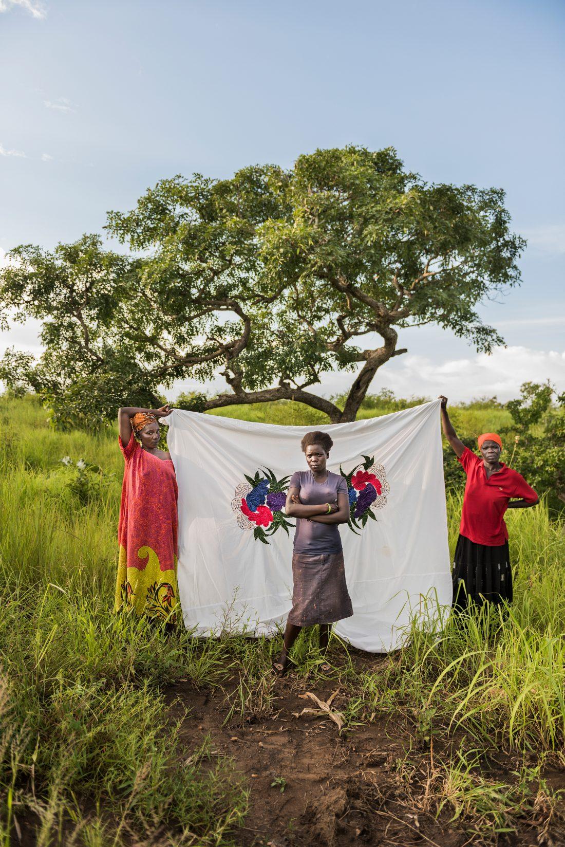 Viola Kide, 22 år, tvingades fly landet och lämna sin mamma, pappa och bröderna hemma i Yei. Hon vet fortfarande inte om de har dödats eller lyckats fly. Nu bor hon här med sin moster Elisabeth, kusinen Joyce och de andra sex familjemedlemmarna. Foto: Nora Lorek