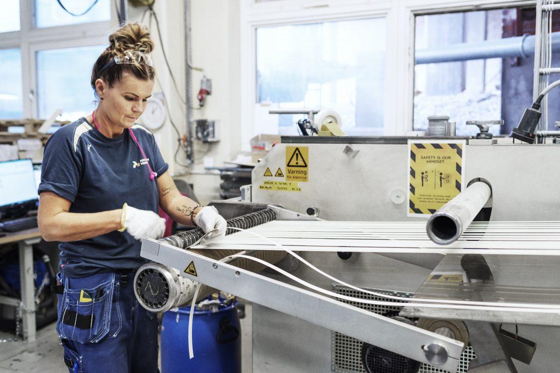 15 till 45 millimeter är bredden på remsorna – kantlisterna – som bland annat används på Ikeas kända bokhylla Billy. Foto: Adam Daver