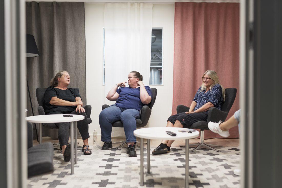 """Johanna Sandström (i mitten) lyssnar igenom minst fem ljudböcker i veckan, säger hon – helst fantasy. För Lise-Lotte Rundström (till höger) blir det minst en, medan Annika Rahm (till vänster) har sina perioder. """"Då har jag haft en tjugo år lång period …"""" säger Ann-Christin Rådström, som man bara ser foten på. Foto: Adam Daver"""