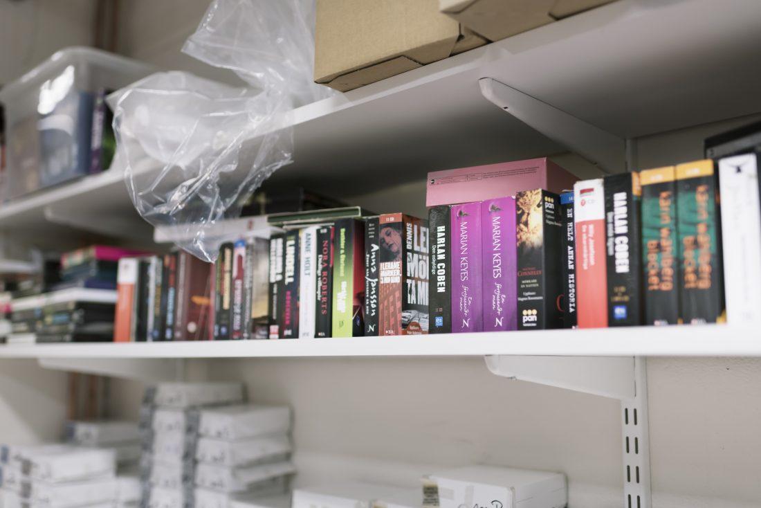 Anställda har ställt sina cd-böcker på en hylla i fabriken, där alla får låna.