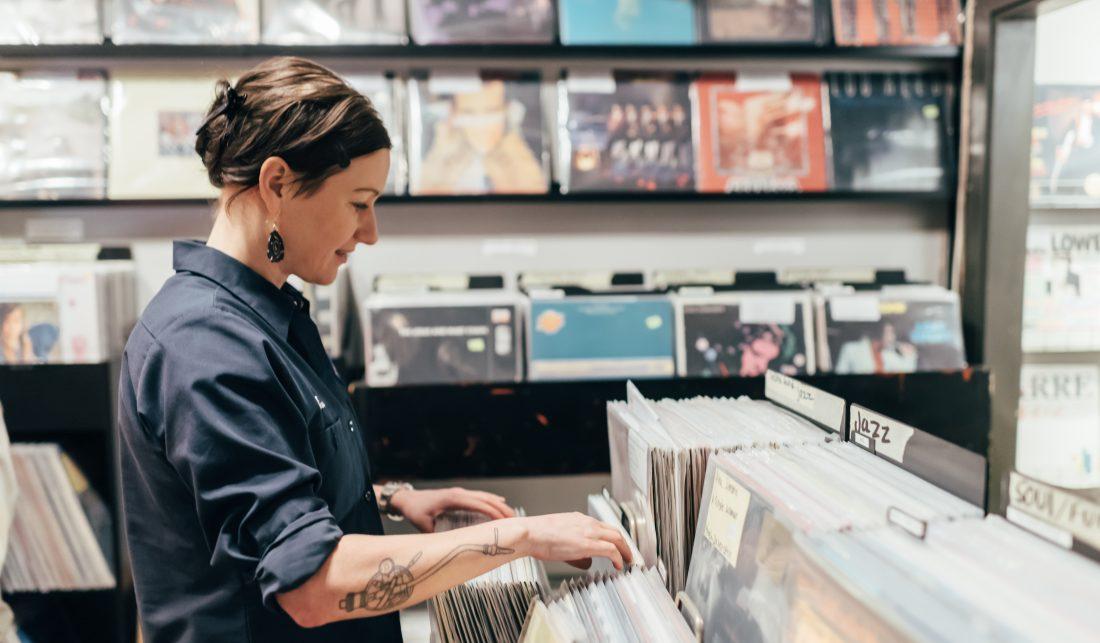 DJ Anna Gavanas letar skivor på Fade records I Stockholm Foto: Adam Daver