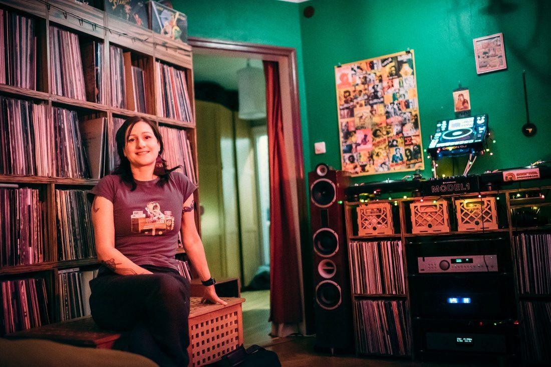 Dj:en Anna Gavanas är en av få som höll vinylskivan vid liv när andra slängde ut sina samlingar. Foto: Adam Daver