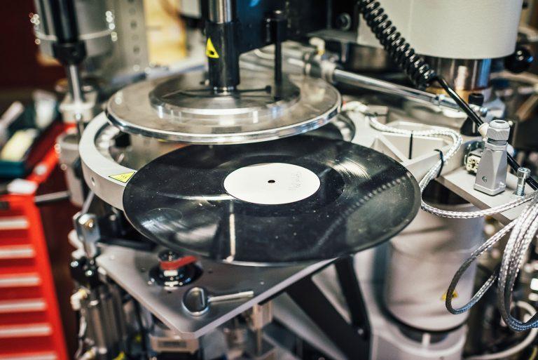 I en enkel maskinverkstad i Ulvsunda i västra Stockholm tillverkar Pheenix Alpha vinylpressar. Foto: Adam Daver