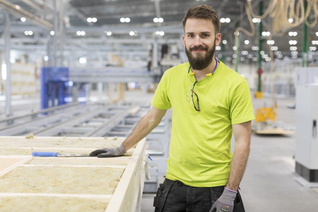 Emil Gustafsson är skyddsombud på produktionsanläggningen. Han och fyra andra kollegor fick jobb på Derome när ERA Fönster flyttade produktionen till Vetlanda. Foto: Anders Andersson