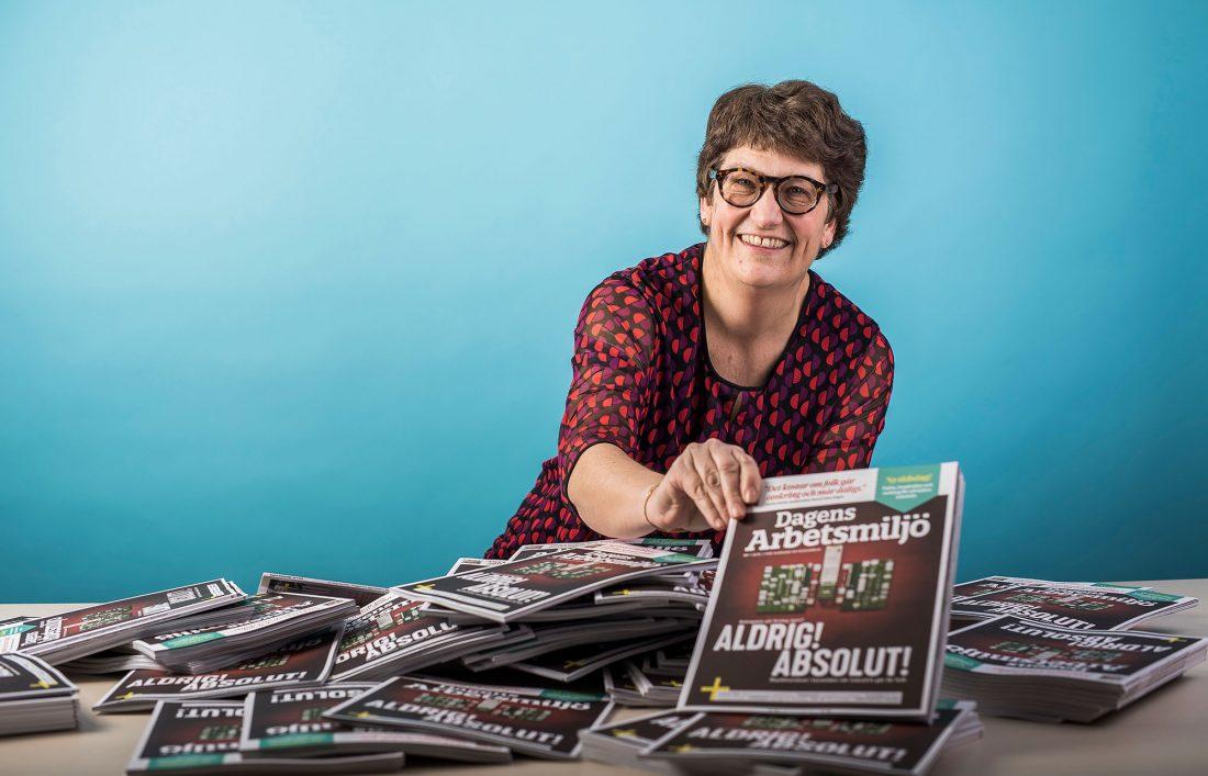 Chefredaktör Helle Klein med tidningen Dagens Arbetsmiljö