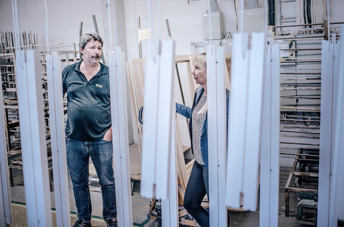 Arbetsledare Fredrik Karlström och fabrikschef Cecilia Hedblad Sjölin.