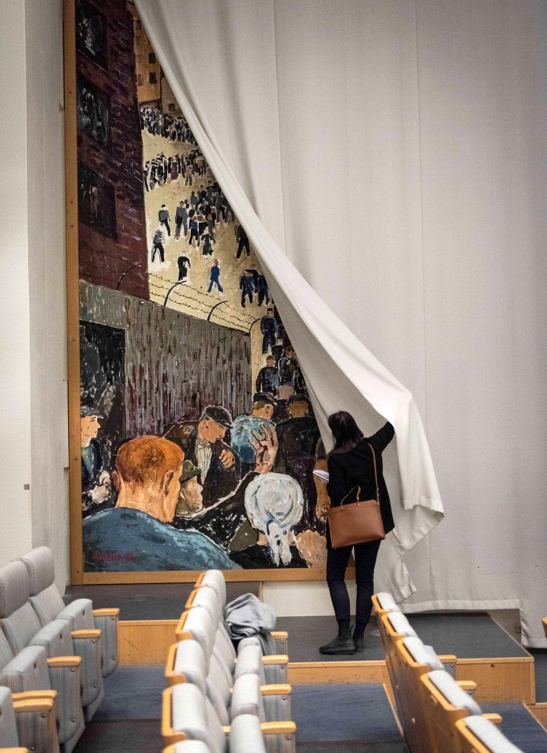 Politisk konst bakom skynke i Folkets hus i Stockholm