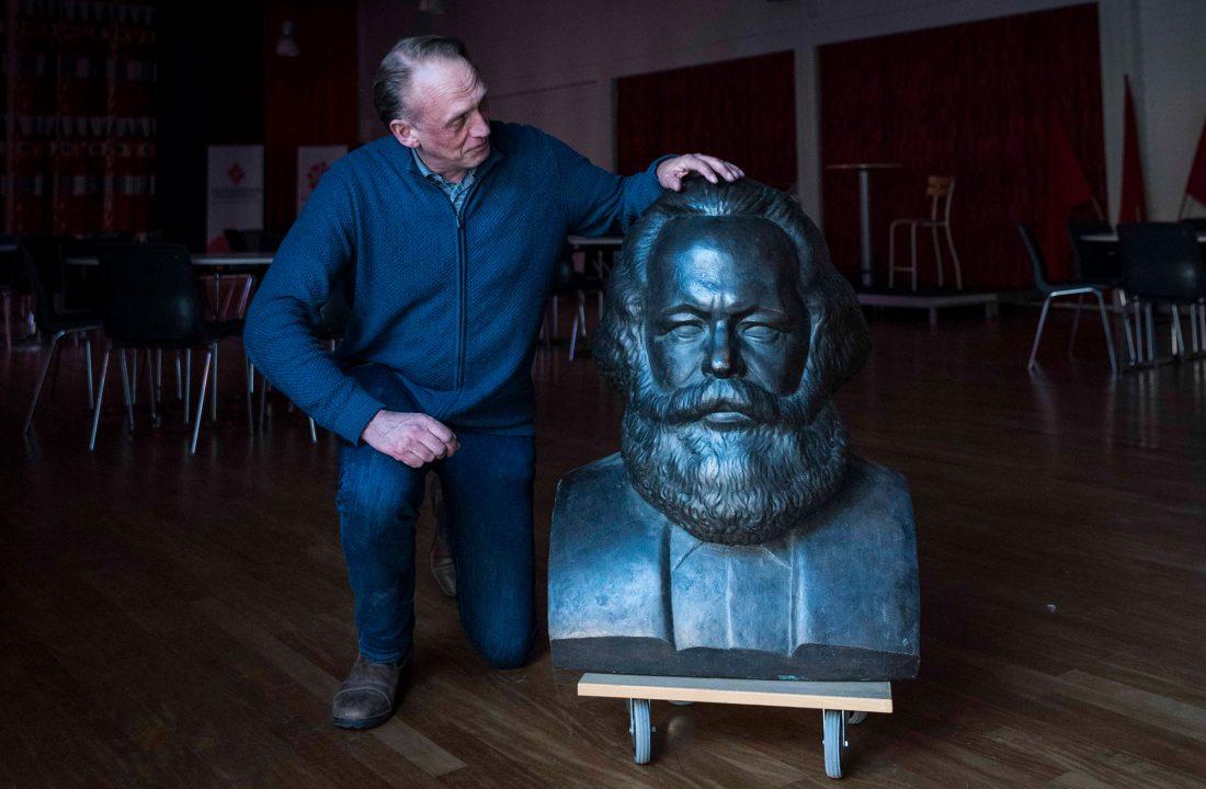 Skolchefen Joakim Hjelm med en byst av Marx.