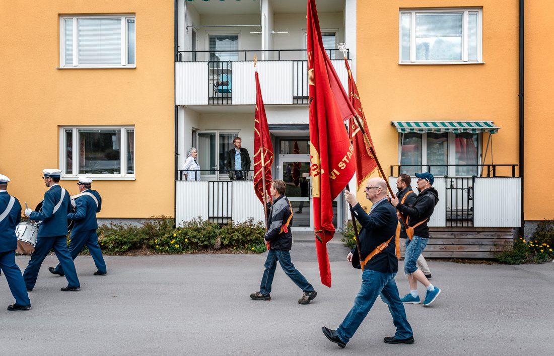 Demonstrationståg går förbi balkong där Vera Oredsson iakttar det