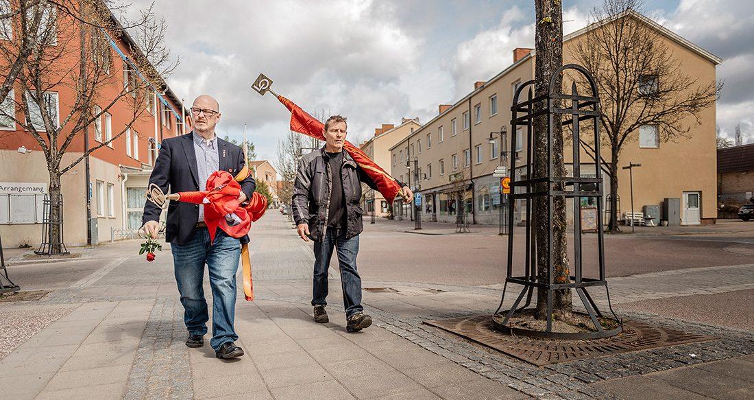 Sven-Erik Källman och Peter Cyrillus bär röda fanor.