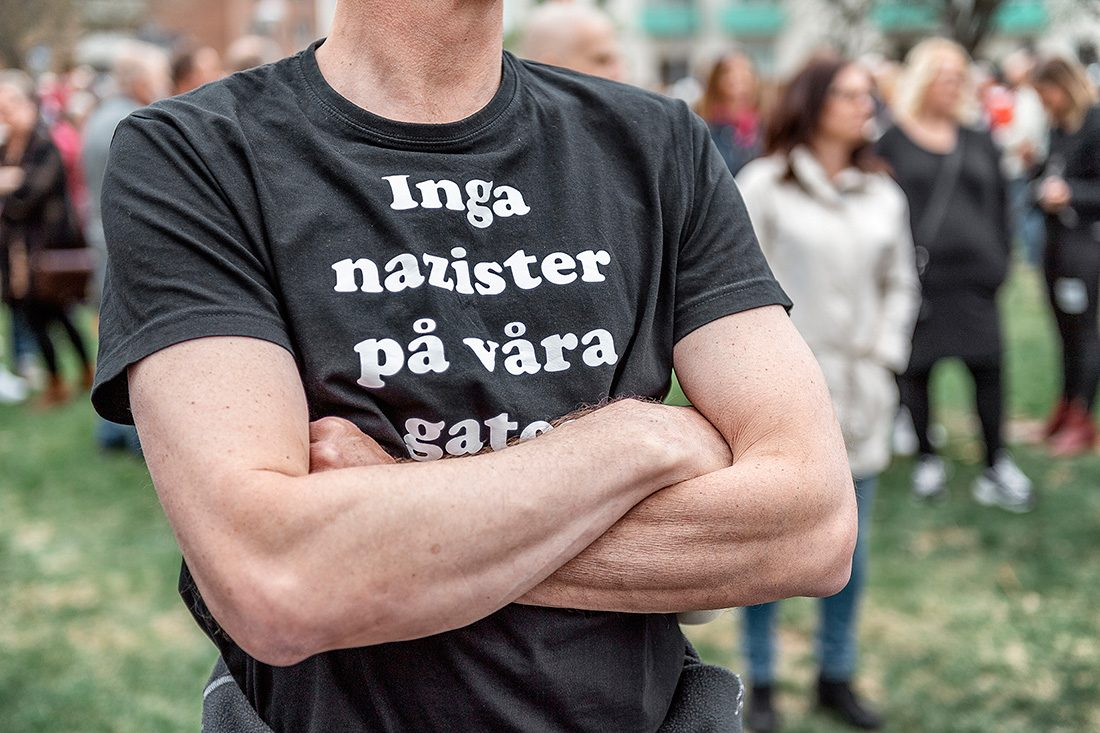 """Person i t-shirt med trycket """"Inga nazister på våra gator"""""""