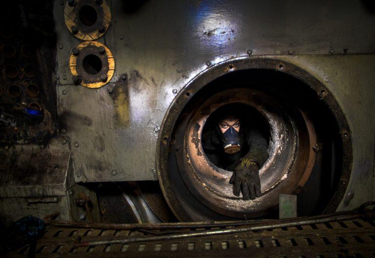 Ingen klaustrofobi. Varvsarbetaren Johan Forsander är svetsare och perfektionist. Den här dagen jobbar han djupt inne i ångfartyget Bohusläns trånga ångpanna. Foto: Sören Håkanlind
