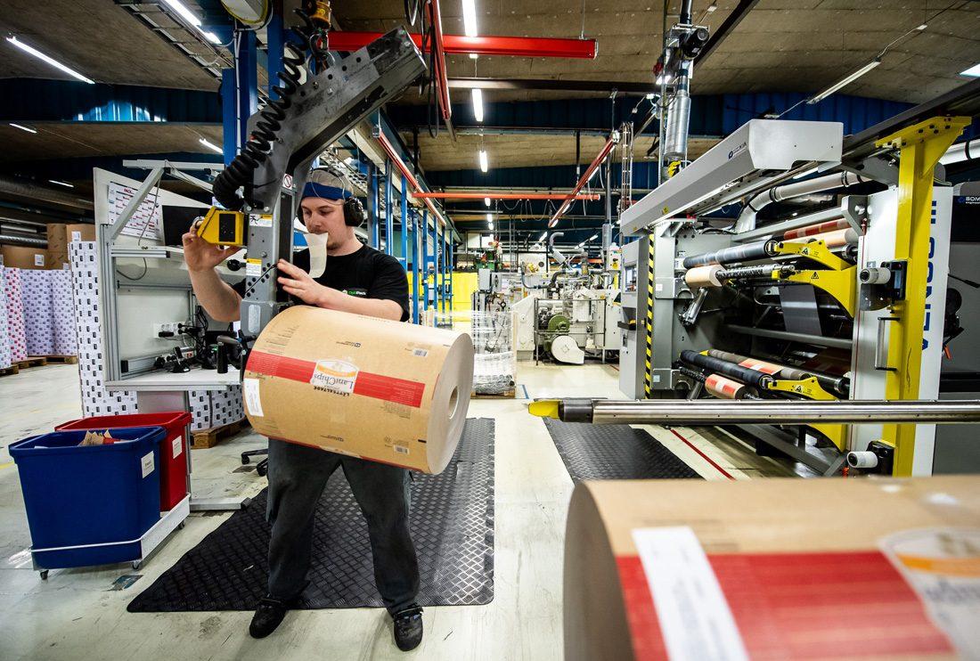 Andreas Asker hanterar rullarna som ska till chipsfabriken.