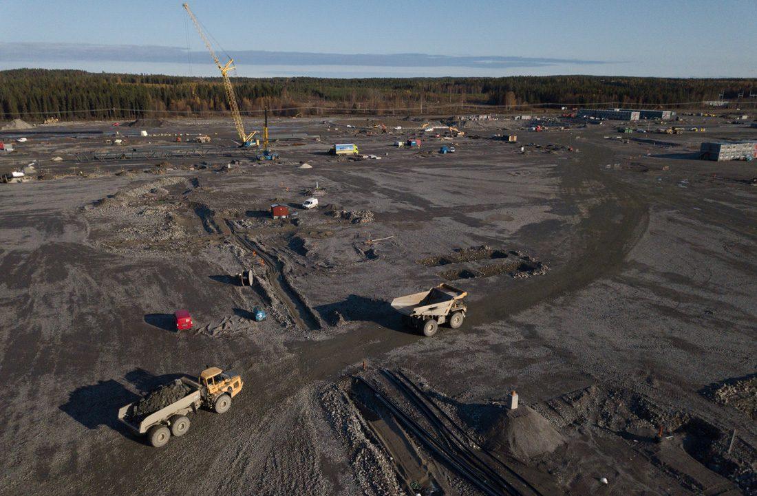 Drönarbild över marken som förbereds för bygget av Northvoltfabriken