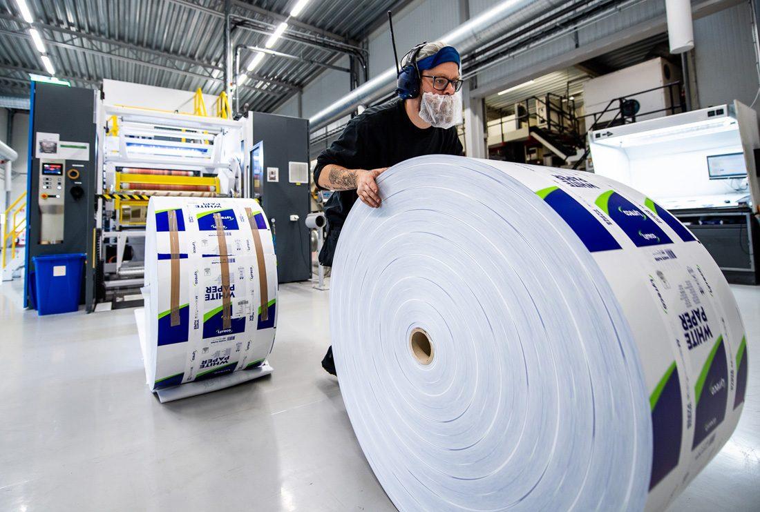 Gustav Gustafsson med stor pappersrulle