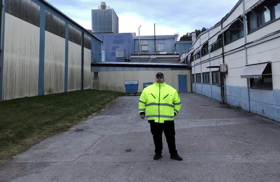 Ulrik Jörback utanför fabriken.