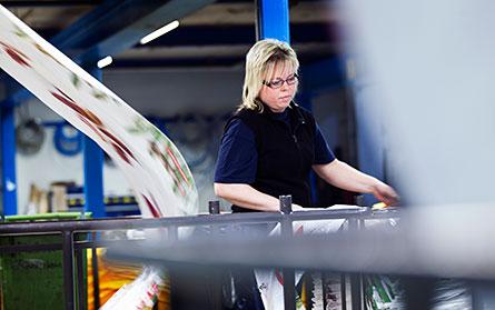 Vagnarna med plastfilm är tunga att få i rullning. Veronica Nilsson flyttar många varje dag. Kanske borde även det gå att lösa på ett bättre sätt, funderar hon. Foto: ØYVIND LUND