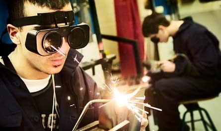 Elev svetsar vid industriprogrammet på Lindholmens Gymnasium i Göteborg. 9 200 gymnasieelever går just nu en industriutbildning. Företagens behov är större än så. Foto: SCANPIX