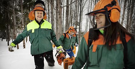 Lars-Göran Larsson och Eva Haglund trivs i skogen - men erättningen för Fas 3-jobbet är svår att leva på. Foto: Thomas Karlsson