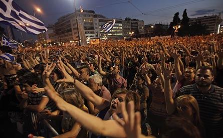 Tusentals demonstrerar utanför det grekiska parlamentet. Foto: LEFTERIS PITARAKIS