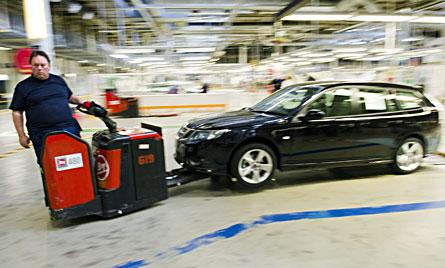 Saabfabriken på Stallbacka är igång igen. Mikael Bäck rullar iväg med en färdig 9-3.  Foto: SCANPIX