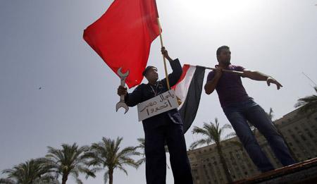 Arbetare demonstrerar vid Tahirtorget i Kairo på första maj i år. Foto: KHALIL HAMRA
