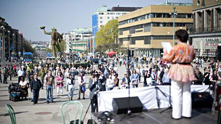 Götaplatsen i Göteborg var en av de platser där folk samlades för att protestera mot utförsäkringar på Annandag Påsk. Foto: SCANPIX