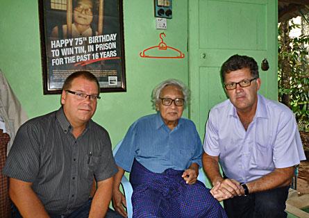 """Leif Mettävainio (till vänster) och Erik Andersson i oppositionspolitikern U Win Tins hem. Trots att han släppts fri bär han fängelsekläder för att visa att """"Burmas folk är fångar i sitt eget land"""". Foto: PRIVAT"""