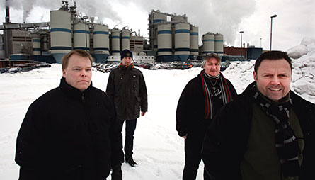 """Erik Kernehed, Thomas Pettersson och Peter Nordqvist stod alla strejkvakt. Även avdelningsordförande Bo Myrberg, längst till vänster, drog på sig banderollen ett tag. """"Ja, en kort stund när pressen var här så stod du också"""", säger Erik Kernehed. Foto: LARS HALVARSSON"""