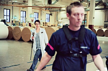 """""""Toaletten är det enda ställe jag får vara ifred på"""", skojar Nicklas Rydén. Med filmkameran i högsta hugg är Karin Holmkvist hela tiden efter honom. Foto: VERONIKA LJUNG-NIELSEN"""