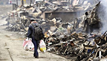 Förödelse efter jordbävningen och tsunamin i staden Kesennuma i nordöstra Japan. Foto: AP/KYODO NEWS