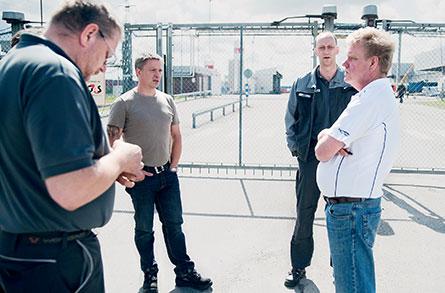Anders Pettersson, Ronny Lindqvist, Peter Henriksson och Leif Eriksson har tröttnat  på att Volvos ledning beordrar övertid nästan varenda helg. Nu måste IF Metall få till en förändring i kollektivavtalet, anser de.  Foto: VERONIKA LJUNG–NIELSEN